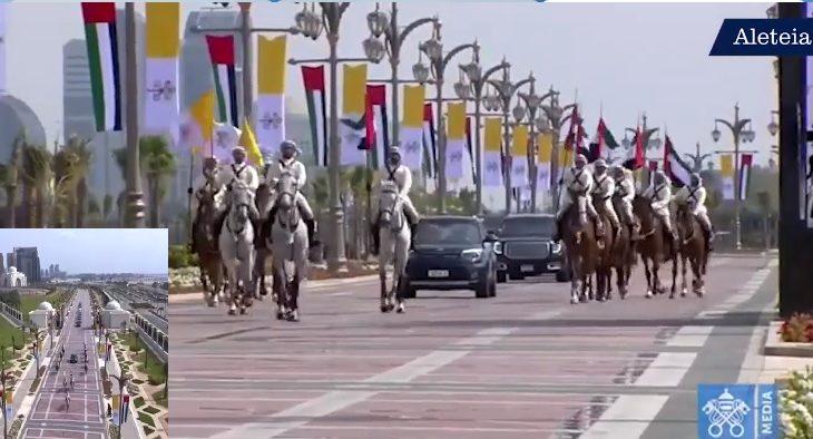 PAPAwZEA 730x394 - Papież powitany jak KRÓL! Arabowie niesamowicie uroczyście witali Franciszka [ZOBACZ VIDEO]